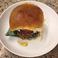 sanduíche de pão caseiro com 2 hambúrgueres caseiros (receita no blog!), 4 fatias de tomate e 1 ovo caipira enrolado na folha de couve-manteiga, com um fio de azeite