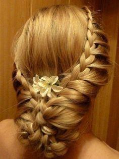Beautiful braided halo wedding hairstyle