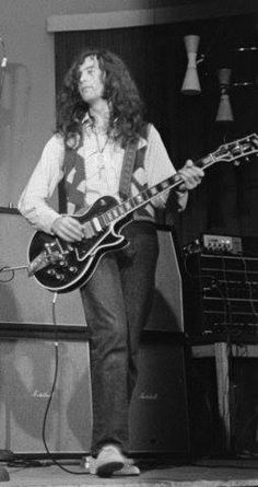 Jimmy Page playing his Gibson Custom Black Beauty 1970 Great Bands, Cool Bands, Hi Pics, Led Zeppelin Live, Steve Vai, John Paul Jones, Best Guitarist, John Bonham, Eddie Van Halen