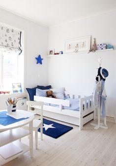 kids room in blue & white