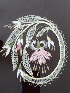 Facebook Band Kunst, Bobbin Lacemaking, Bobbin Lace Patterns, Lace Heart, Lace Jewelry, Ribbon Art, Lace Making, Lace Flowers, Lace Detail