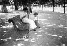 Criança montada em cavalo de papel mache, com a sua ama na Avenida da Liberdade, Lisboa. Joshua Benoliel em 1912 in AML.