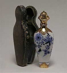Lot: 18: Meissen Scent Bottle Blue Onion Pattern/Gold Cap, Lot Number: 0018, Starting Bid: $1,500, Auctioneer: Perfume Bottles Auction, Auction: Perfume Bottles Auction, Date: May 1st, 2009 CDT