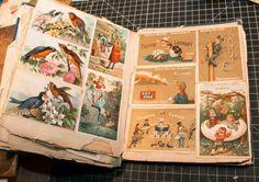 """Scrapbook do século XIX. Em 1826, um livro chamado """"Manuscript Gleanings and Literary Scrap Book"""" foi publicado por John Poole. O livro continha poemas e gravuras impressas e conselhos sobre como é que as pessoas podiam colecionar e organizar os seus scrapbooks. Este livro levou a que o scrapbooking se torna-se uma prática frequente entre a burguesia. Dentro dos scrapbooks eram recolhidos materiais como: citações, poemas, cartões telefónicos, cartões religiosos e outras coisas efêmeras."""