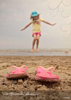 Happy Friday everyone! I hope you had a fantastic week. Little Girl Photography, Spring Photography, Cute Photography, People Photography, Beach Family Photos, Beach Photos, Cool Pictures, Cool Photos, Kodak Moment