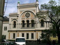 Synagogue espagnole  |  Prague  |  République tchèque  |  L'architecture néo-mauresque, ou renaissance mauresque, est l'un des styles qui furent adoptés au XIXe siècle par des architectes européens et américains dans la vague de la fascination romantique occidentale pour l'histoire mais aussi pour les arts orientaux, très présente à l'époque