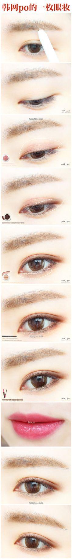 韩网po主更新一枚简单干净的新手化妆教程,眼妆部分选择了珠光粉色配合咖啡色,草莓牛奶般百搭和谐。