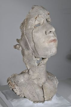 Brooklyn-based, Australian multimedia artist Sophie Kahn creates fragmented female bodies and faces by merging a classic sculpting approach with new and Easy Clay Sculptures, Human Sculpture, Sculpture Clay, Ceramic Figures, Clay Figures, Ceramic Art, Multimedia Artist, Impression 3d, Human Art
