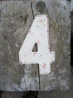 """#VoceSabia? Para nós, o número de azar é o 13, mas no Japão são os números 4 e 9. Isto porque 4 é por vezes dito em japonês """"shi"""", que significa também morte, e 9 é por vezes dito em japonês """"ku"""", que também significa sofrimento.  No Japão, nos hospitais e em alguns hotéis não existe o 4º andar. Nos hospitais também não existe o quarto número 4 nem os quartos entre o número 40 e 49. #banzai"""