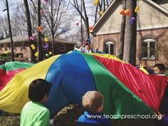 Easter egg parachute game by Teach Preschool Parachute Games, Teach Preschool, Easter Games, Outdoor Learning, Forest School, Backyard Games, Easter Party, Spring Day, Easter Eggs
