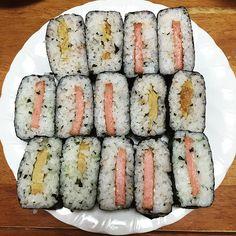 akecyan今日のおにぎらず。具は卵焼きと、魚肉バーガー。ごはんには混ぜ込みふりかけの鮭わかめ。一部は青菜。#おうちごはん#おにぎらず