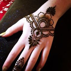 Henna Mehndi and Tattoos for Parties and Brides. Henna Tattoo Designs, Henna Tattoos, Simple Henna Tattoo, Mehndi Simple, Easy Henna, Face Tattoos, Skull Tattoos, Paisley Tattoos, Simple Hand Henna