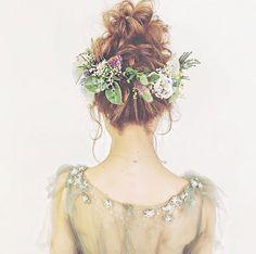"""* * * 見た瞬間に、 #可愛い ♡♡ と目を奪われる #お団子ヘア ✨ * #モスグリーン の #カラードレス と合わせると、 #大人 になった #ティンカーベル みたい✨ @maison.de.rire さんの作る #ヘアアレンジ はやっぱり素敵✨ * * こちらの #ヘアスタイル は、お花の #ヘッドピース をバランスよく配置する事が大切だそうです☝️✨ 是非参考にしてみてくださいね * * * 本日も❤️WeddingNew❤️は #プレ花嫁 に嬉しい情報がいっぱい 最近の人気は【ケチとは言わせない!】から始まるインパクト大な #節約 テクに関する記事です✨ * 今日は【#DIY 】カテゴリーで 《【超便利】♡ #ペーパーアイテム に使える〔無料の素材〕まとめ》という記事も配信中 是非チェックしてみてください✨ * * …………………………………………………… ❤️【WeddingNews】❤️ ウェディングニュースは、 #花嫁 の皆さんのリアルな""""声""""から生まれたアプリです キレイにカテゴリー分類された、結婚式準備に役立つ記事が毎日150件以上更..."""