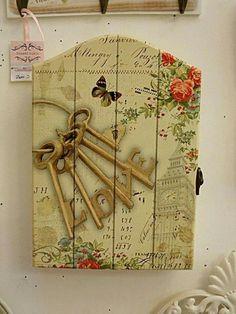 Llaves Decoupage Vintage, Vintage Decor, Vintage Shabby Chic, Wood Crafts, Diy And Crafts, Arts And Crafts, Fabric Painting, Painting On Wood, Wooden Key Holder