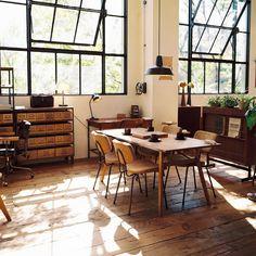 トラックファニチャーは大阪の伝説的な家具ショップです。 ❝気持ちの良い家具❞だけを作り続けている人気家具店。2階には「シンボルツリー」と、誰をも魅了する掛け心地の「FKソファ」があります。このソファの生まれたわけとコーデ実例をご紹介しています♡