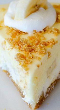 Banana Cream Pie Cheesecake ~ It all starts with a buttery graham cracker crust, sliced bananas and a layer of cheesecake. The cheesecake layer is then topped off with a banana cream pie filling. The (Banana Cheesecake Recipes) Coconut Dessert, Banana Dessert, Pie Dessert, No Bake Desserts, Just Desserts, Dessert Recipes, Lemon Desserts, Dessert Simple, Banana Pudding Cheesecake