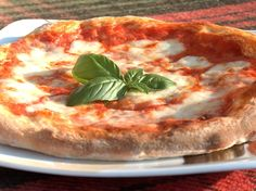 Trivia time: Pizza Margherita resembles the colors of the Italian flag: red (tomato), White (mozzarella), and green (Basil). This popular food was named after Queen Margherita. Pizza Recipes, Wine Recipes, Vegetarian Recipes, Cooking Recipes, Cooking Time, Pizza Sans Gluten, Pizzeria, Making Homemade Pizza, Pizza Dough
