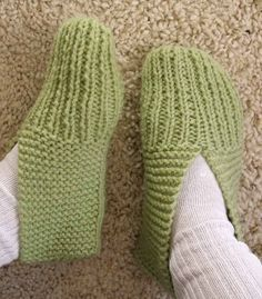 Learn to knit slippers with this free knitting pattern. Great knitting pattern for beginners! Includes how-to knitting videos showing how to knit a pair from start to finish. Christmas Knitting Patterns, Knitting Patterns Free, Crochet Patterns, Stitch Patterns, Knit Slippers Free Pattern, Knitted Slippers, Knitted Bags, Arm Knitting, Knitting Socks