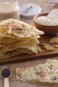 Il #PANE ARMENO (lavash bread) è un lievitato a base di acqua, sale, olio e farina manitoba, assolutamente senza lievito. #video #ricetta #GialloZafferano Raw Food Recipes, Italian Recipes, Bread Recipes, Cooking Recipes, Cooking Bread, Bread Baking, Focaccia Pizza, Vegan Dishes, International Recipes