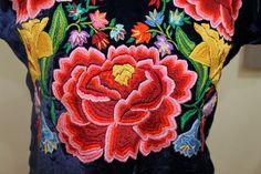 Huipil antiguo bordado a mano, hermosos colores.