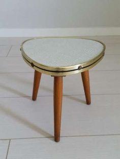 90 zł: Mini mini stolik kawowy lub kwietnik z lat 60.  Stolik jest mały, jednak…
