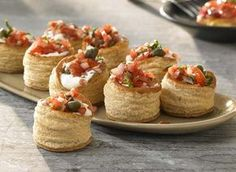 Mini-bladerdeegpasteitjes met kruidenkaas en tomatensalsa