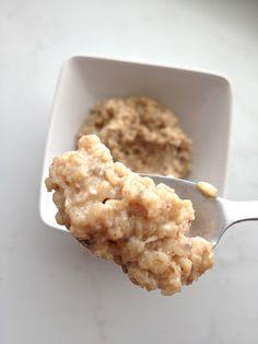 """Mulla ei ollut mitään hajua kuinka suomentaa """"egg white oatmeal"""", joten päädyin otsikossa näkyvään ratkaisuun. Tässä taas huomataan kuinka suomeksi kaikki kuulostaa niin paljon kummalli…"""