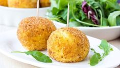 A delicious recipe for Arancini, Sicilian-style rice balls, which can also be suitable for vegetarians. Tapas, Bombe Recipe, Balsamic Reduction, Arancini, Mozzarella Sticks, Sicilian Recipes, Rice Balls, Beignets, Main Meals