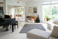 Rakas vanha valkoinen taloni Patio, Contemporary, Rugs, Outdoor Decor, Home Decor, Farmhouse Rugs, Decoration Home, Room Decor, Home Interior Design