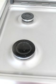 Cleaning your stove top is easy when you know how to do it. Wanna get it to shine the safe way? Here'show to clean a stove naturally.