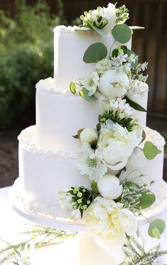 A Summer wedding reception Wedding Cake Rustic, Wedding Menu, Wedding Planning, Wedding Gowns, Extravagant Wedding Cakes, Fresh Flower Cake, Fresh Flowers, White Wedding Decorations, Wedding Koozies
