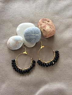 hoop earrings pierced plated gold and black beads Leather Jewelry, Wire Jewelry, Beaded Jewelry, Jewelery, Handmade Jewelry, Beaded Earrings, Hoop Earrings, Diy Jewelry Inspiration, Bijoux Diy