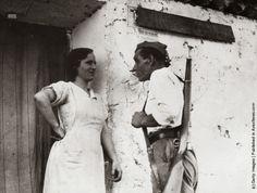 Un milicien parle avec une villageoise en Estremadure durant la guerre civile. (vintage everyday: Old Photos of Spanish Civil War, ca. 1930s)