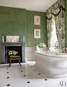 Architectural Digest shows us how to leave the white color behind and to get inspired with a range of hot bathroom colors ideas. Architectural Digest, Green Bathroom Colors, Bathroom Color Schemes, Colorful Bathroom, Luxury Bathtub, Tadelakt, Green Rooms, Green Walls, Traditional Bathroom