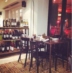 ¿Te apetece cenar e ir de copas sin tener que cambiar de local? Te recomendamos Café Belgrado