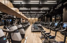 Chicago, US – Midtown Athletic Club is a game-changing sport & leisure resort and hotel, that features Hakwood Forza flooring. Photo by: Anthony Tahlier / Courtesy of DMAC Architecture. Architecture Sketchbook, Architecture Old, Architecture Portfolio, Chicago Athletic Association, Gym Lighting, Chicago Hotels, Athletic Clubs, Floor Workouts, Fitness Design
