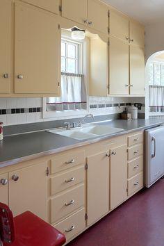 1930s Kitchen, Vintage Kitchen Cabinets, Painting Kitchen Cabinets, Kitchen Redo, New Kitchen, Kitchen Ideas, Vintage Cabinet, Cheap Kitchen, Kitchen Store