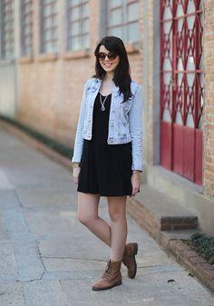 vestido preto + jaqueta jeans + coturno marrom