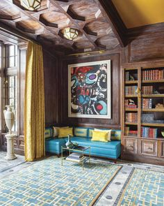 LIbrary with high ceilings, blue banquette, geometric rug, and giant amphora Family Dining Rooms, Art Deco Chandelier, Gambrel, Geometric Rug, Blue Walls, Elle Decor, Traditional House, Living Area, Chicago