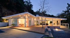 Holly Vista Residence by Peter Tolkin Architecture. Modern Bungalow Exterior, Home Styles Exterior, Exterior Design, Mid Century Exterior, Design Your Own Home, Modern Mansion, Modern Homes, Ranch Style Homes, Modern House Plans
