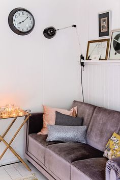 Love this, feels warm and cosy. Yet, pared back and simple Cozy Living Rooms, Living Room Interior, Living Area, Living Spaces, Cozy Reading Corners, Velvet Couch, Vintage Sofa, Decoration, Interior Inspiration