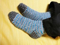 How to Loom Knit Socks (DIY Tutorial) - YouTube