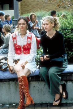 2. 10 Things I Hate About You, Susan May Pratt as Mandella Julia Stiles' high schooler was different than the majority of the bubbly cheerleader types seen in most '00s teen flicks. And if audiences thought she was a cooler-than-thou outcast, you clearly hadn't met the eccentric BFF with fashion choices that veered toward the costume side of things.