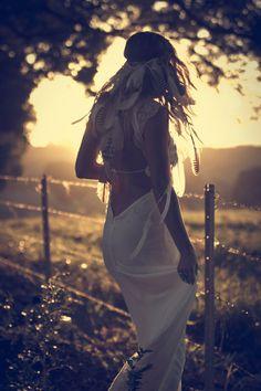 se que muchos no usarian un vestido asi en su boda pero honestamente yo si! es una mezcla perfecta entre sexy y hippie y esa corona de plumas la verdad fue el complemento perfecto!! Cuando me case seguro usare algo tan original como esto!!