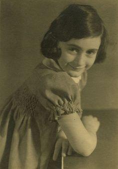 Anne Frank - the photos are probably from 1936 Bergen, Margot Frank, Holocaust Memorial, Anna, Persecution, Historical Photos, World War Ii, My Idol, Frankfurt