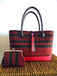 博多織名古屋帯・トートバッグ・赤と黒・ポーチ付き - 篠 Fabric Bags, Yarn Projects, Beautiful Bags, Upcycle, Kimono, Textiles, French, Couture, Sewing