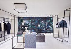 Poco distante dal negozio di Piazza di Spagna, la maison francese ha inaugurato uno spazio éphémère, dagli interni wireframe. E con il tocco artistico di Julien Colombier