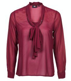De nieuwe najaar collectie op vd.nl De bow blouse van SOHO New York. Het basic item wat niet mag ontbreken in je kast dit najaar