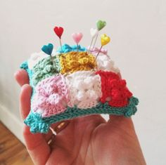 Cute little pin pillow!  In the blog you can find some beautiful photos.