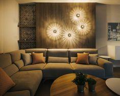 Zona de estar. Pared panelada en melamina imitación madera a registro. Iluminación con apliques de pared. Revestimiento porcelánico imitación mosaico hidráulico. Proyecto diseñado y coordinado por AZ diseño.